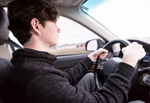 آموزش رانندگی / دور دو فرمان به ساده ترین شیوه ممکن (تصاویر)