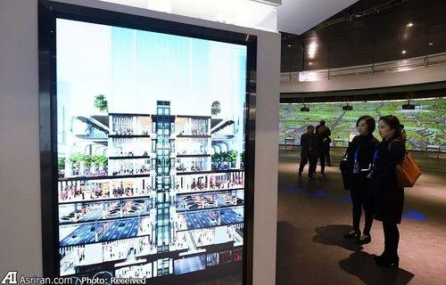 بازدیدکنندگان در حال مشاهده طرح های سه بعدی از شبکه حمل و نقل چین در آینده
