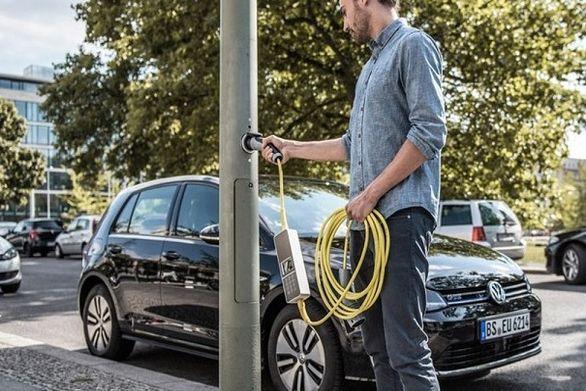شارژ خودروی برقی با تیر چراغ برق!