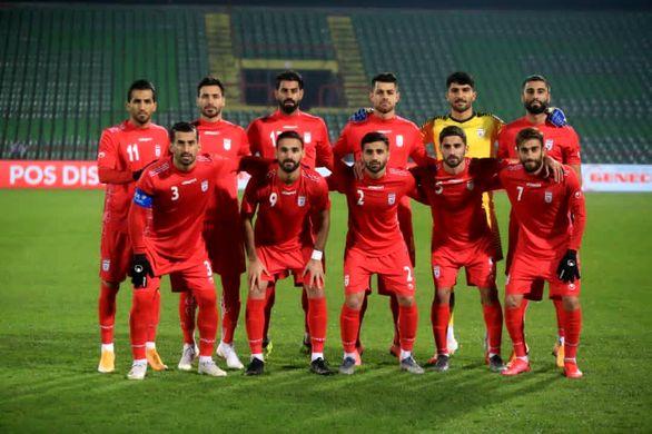 عکس | تیم پزشکی بالای سر بازیکنان تیم ملی