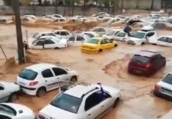 گرفتار شدن هولناک خودروها در سیلاب دروازه قرآن شیراز + ویدئو