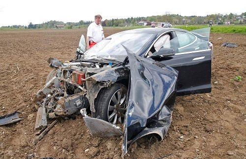 تصادف عجیب تسلا مدل S در حالت اتوپایلوت