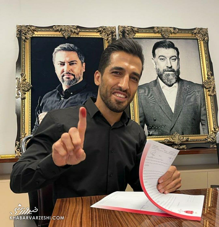 تصاویر لحظه امضای قرارداد وحید امیری با پرسپولیس/ وحید ۳ ساله با پرسپولیس بست