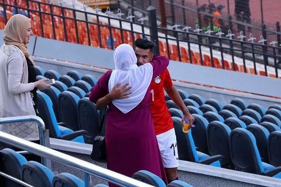 بوسه جنجالی بازیکن فوتبال   عکس