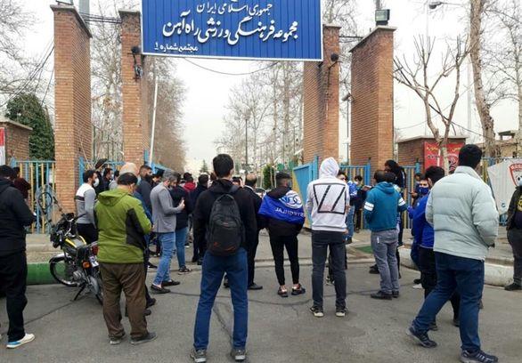 تجمع دوباره هواداران استقلال و شعار علیه فکری/ درخواست غفوری از معترضان