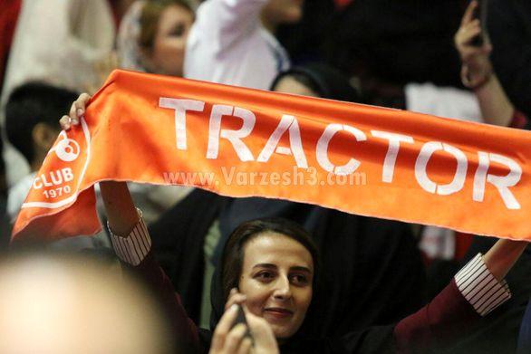 چرخیدن پرچم تراکتور در دست بانوان تبریزی (عکس)