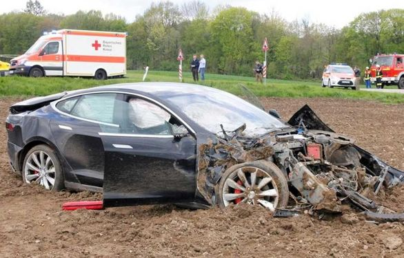 جنجالی تصادف دوباره تسلا با یک خودروی پلیس