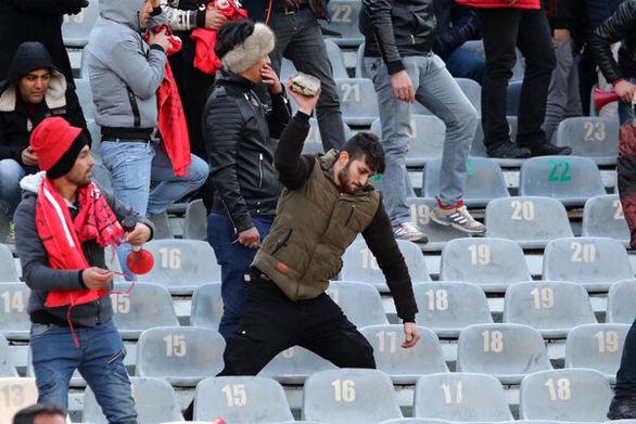 باز هم صحنه های زشت سنگ پرانی در ورزشگاه آزادی (تصاویر)