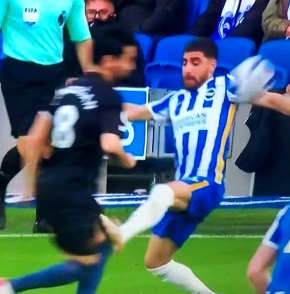 تصویر لحظه تکل وحشتناک جهانبخش؛ فوتبال انگلیس به هم ریخت!/ حمله شدید هواداران سیتی به جهانبخش